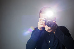 使用闪光,摄影师拍一张照片在演播室 库存图片
