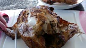 使用陶瓷厨师刀子的妇女的行动和切开在切板的鸡 股票视频