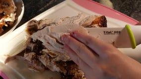 使用陶瓷厨师刀子的妇女的行动和切开在切板的鸡 股票录像