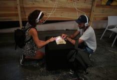 使用音乐合成器的夫妇在生波探侧器节日 免版税库存照片