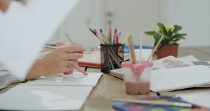 使用颜色铅笔和纸,从一个工艺天母亲的画象细节有她的孩子的一起做一个学校项目, 股票视频