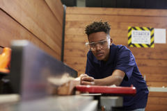 使用飞机的木匠在木材加工Woodshop 免版税库存照片