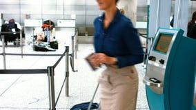 使用飞机票机器的女性通勤者 股票视频