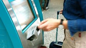 使用飞机票机器的女性通勤者 影视素材