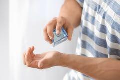 使用香水的年轻人 免版税库存照片