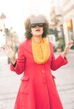 使用高科技虚拟现实玻璃的美丽的妇女室外 免版税库存照片