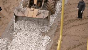 使用黄色推土机的建造者在建造场所 股票视频
