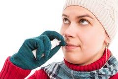 使用鼻子或鼻孔喷射的少妇 库存照片