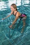 使用水下的锻炼脚踏车的适合的愉快的金发碧眼的女人 免版税库存照片
