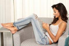 使用移动设备电话的种族印地安女孩送文本messag 免版税库存照片