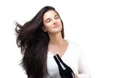 使用头发吹风机的美丽的少妇 健康长的头发 免版税库存照片