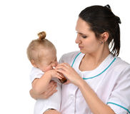 使用医学前飞破片的妇女手鼻为小小孩 图库摄影