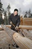 使用登岸,工作者剥了原木小屋建筑的木材 库存图片