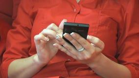 使用黑智能手机的妇女手 关闭 影视素材