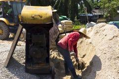 使用水泥搅拌车机器,混合水泥 库存图片