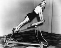使用锻炼设备的妇女(所有人被描述不更长生存,并且庄园不存在 供应商保单那里w 库存图片