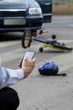 使用他的手机的人要求在路的帮助 免版税库存图片