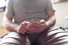 使用他的智能手机的人 免版税库存图片