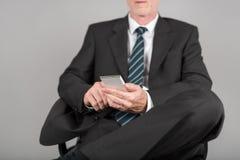 使用他的智能手机的商人 库存图片