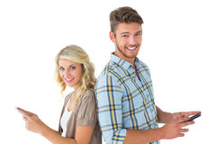 使用他们的智能手机的有吸引力的夫妇 库存照片