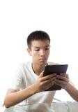 使用他的片剂的亚裔少年 库存图片