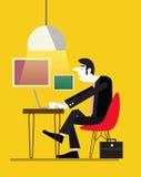 使用他的膝上型计算机或笔记本计算机的商人在咖啡馆桌 库存照片