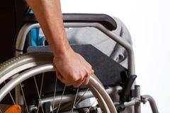 使用他的轮椅的人 库存照片