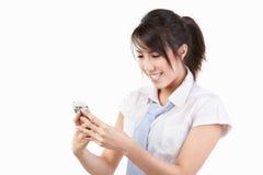 使用年轻人的电池女性电话 库存照片