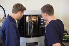 使用3d打印机的工程学学生 免版税库存图片