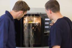 使用3d打印机的工程学学生 免版税库存照片