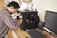 使用3D打印机的男性建筑师在办公室 库存照片
