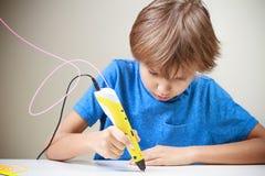使用3D打印笔的孩子 做新的项目的男孩 创造性,技术,休闲,教育概念 免版税库存照片
