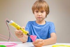 使用3D打印笔的孩子 创造性,技术,休闲,教育概念 免版税图库摄影