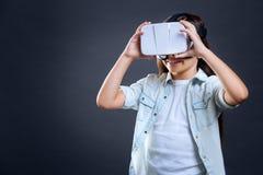 使用3d现实玻璃的高兴好女孩 免版税库存图片