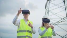 使用3D虚拟现实玻璃,工程师与被增添的现实一起使用 女性和男性工程师与VR玻璃一起使用 影视素材