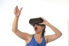 使用3d风镜被激发的可爱的愉快的妇女观看360虚拟现实视觉享用 免版税库存照片
