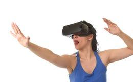使用3d风镜被激发的可爱的愉快的妇女观看360虚拟现实视觉享用 免版税库存图片