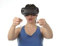 使用3d风镜被激发的可爱的愉快的妇女观看360虚拟现实视觉享用 库存照片