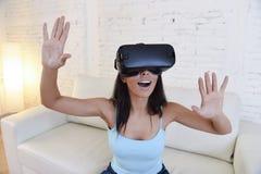 使用3d风镜被激发的愉快的妇女在家客厅沙发长沙发观看360虚拟现实 免版税库存照片