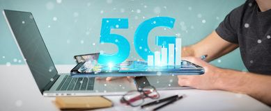 使用5G网络的图表设计师在办公室3D翻译 库存图片