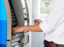 使用ATM机器的一个人 免版税库存照片