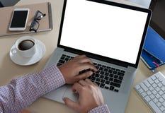 年轻使用bl的一台台式计算机的人工作的商人 免版税库存图片