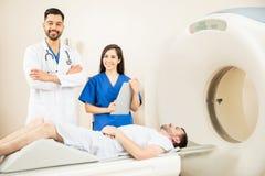 使用CAT扫描器的医生夫妇  免版税库存图片