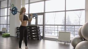 使用CrossFit的一位肌肉女子运动员在健身房 股票视频