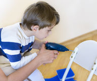 使用diy工具的小男孩被帮助由父母 免版税库存图片