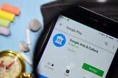 使用Google艺术&开化有扩大化的dev应用程序在智能手机屏幕上 库存照片
