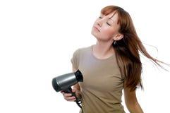 使用hairdryer的红头发人妇女 免版税库存图片