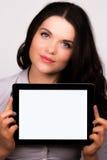 使用ipad片剂设备的美丽的年轻女性 免版税库存照片