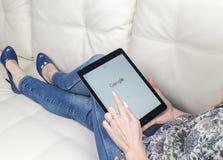 使用iPad的妇女手赞成与谷歌开始在显示的主页页 谷歌是美国跨国公司 免版税库存照片