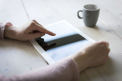 使用iPad 免版税库存照片